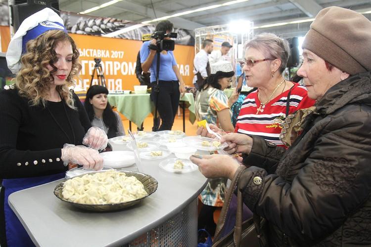 Гости с удовольствием приняли участие в дегустации пельменей. «Любимые», «Селянские», «Желанные», «Бабушкины» - каждая из этих марок пришлась по вкусу посетителям.