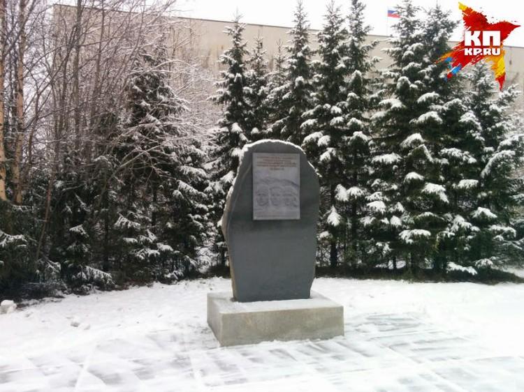 У здания Первомайской администрации уже есть мемориал в честь защитников неба.