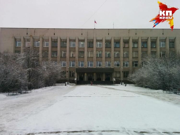 """Скверик у здания администрации, где хотят поставить памятник """"арктическим танка"""", не мешало бы привести в порядок."""
