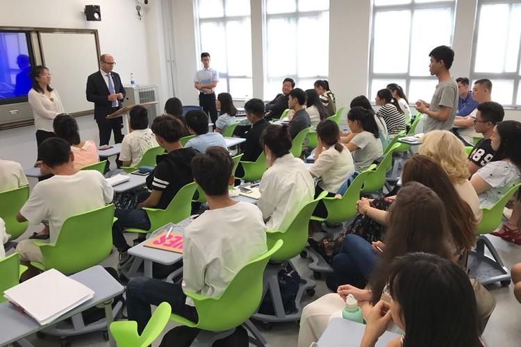 Первая лекция для студентов, изучающих белорусский язык в Тяньцзинском университете иностранных языков. Фото: личный архив посла.