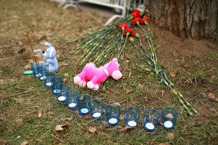 Жители приносят цветы и игрушки на место гибели детей. Фото: Дмитрий Селезнев