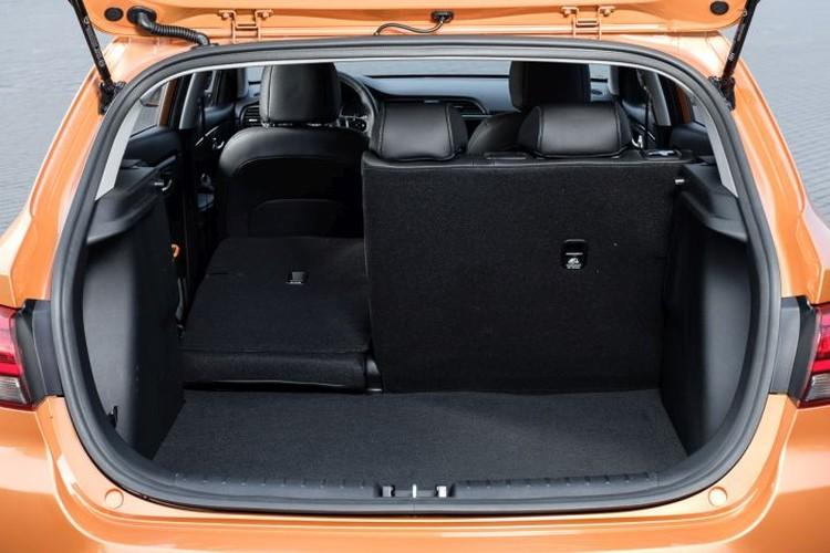 Багажник хэтбчека меньше, чем у седана – 390 литров против 480. Но по удобству пользования и предельным возможностям пятидверка на голову выше обычного Рио