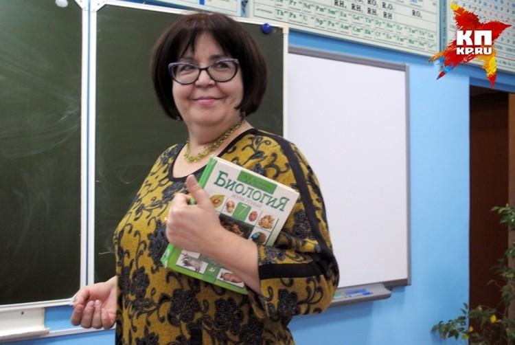 Учительница Марина Ефремова помнит как Василий принес на урок библию и доказывал, что человек произошел не от обезьяны.