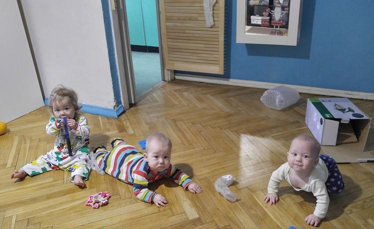 Дети месяцев с четырех развлекались исключительно на полу