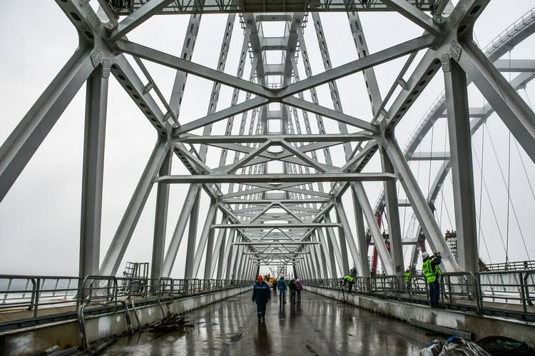 На железнодорожной арке Крымского моста