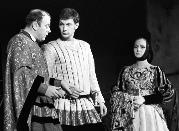Леонид Броневой в роли Капулетти в спектакле Ромео и Джульетта на сцене Московского драматического театра на Малой Бронной, 1970 год.