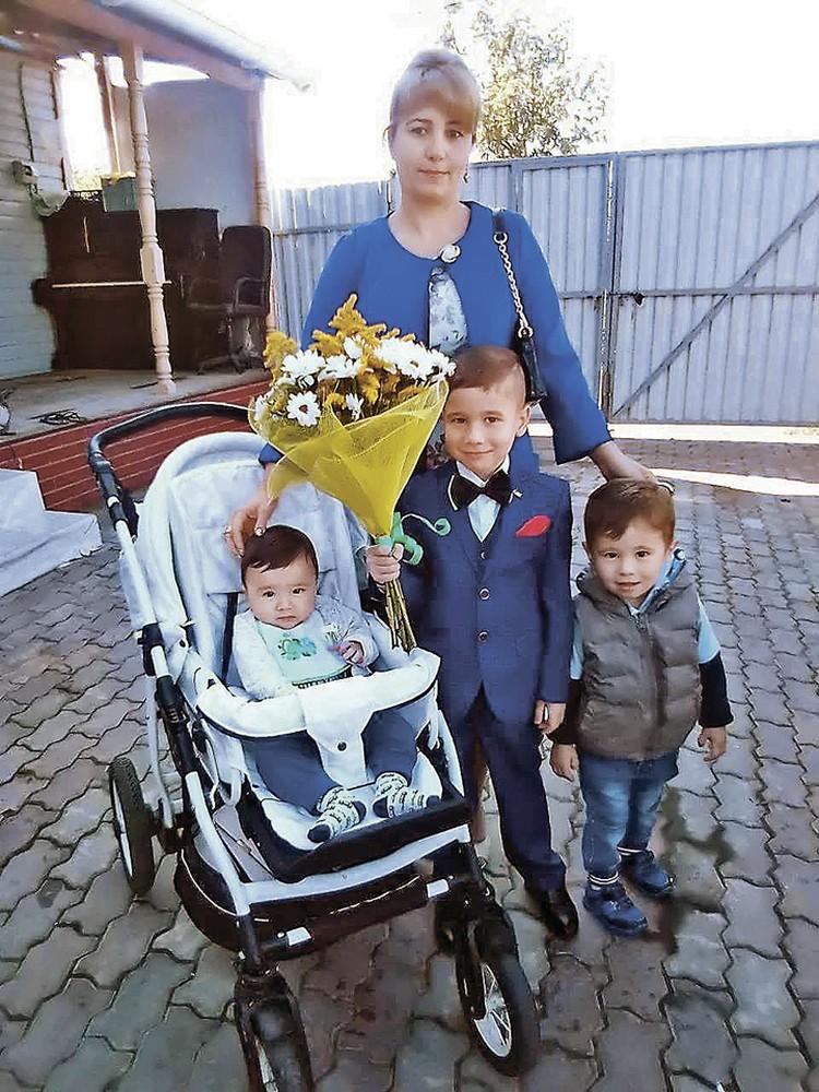 Защитники семьи Джураевых. Слева - Шойгу, в центре - Путин. А вот мальчик справа получил вполне традиционное имя - Руслан. Фото: Предоставлено семьей Джураевых