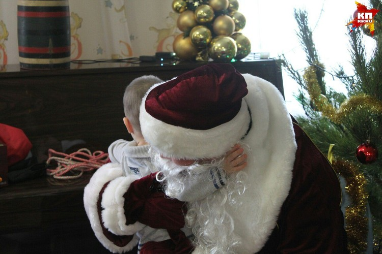 Деда Мороза растрогали крепкие объятия ребенка