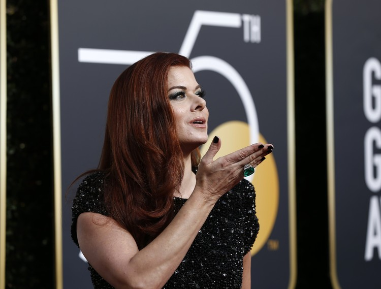 Актриса Дебра Мессинг - в черном и с роскошным изумрудом на пальце.