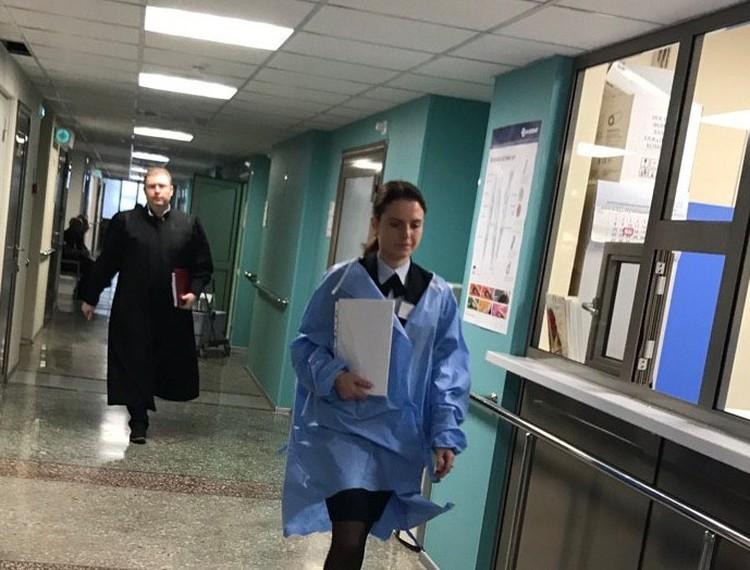 Судья удалялся в совещательную комнату, которую организовали в столовой отделения