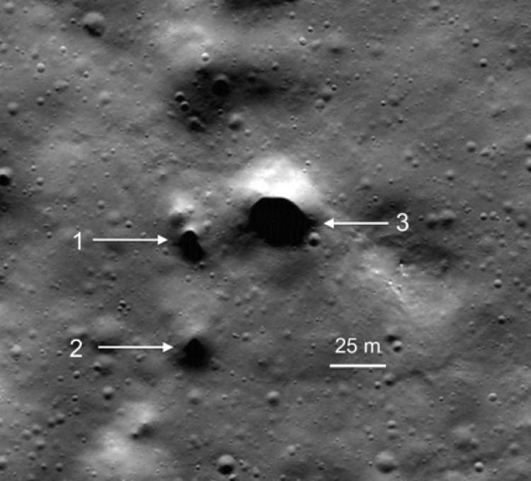 Дырки в кратере Филолай на северном полюсе Луны, ведущие в ее лавовыве трубы.