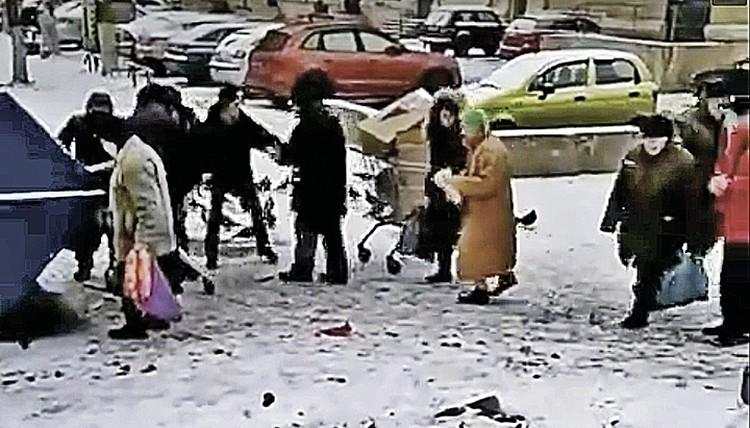 """По закону бесплатные продукты могут быть переданы нуждающимся только через мусорный контейнер. Фото: """"Москва 24""""/vk.com"""