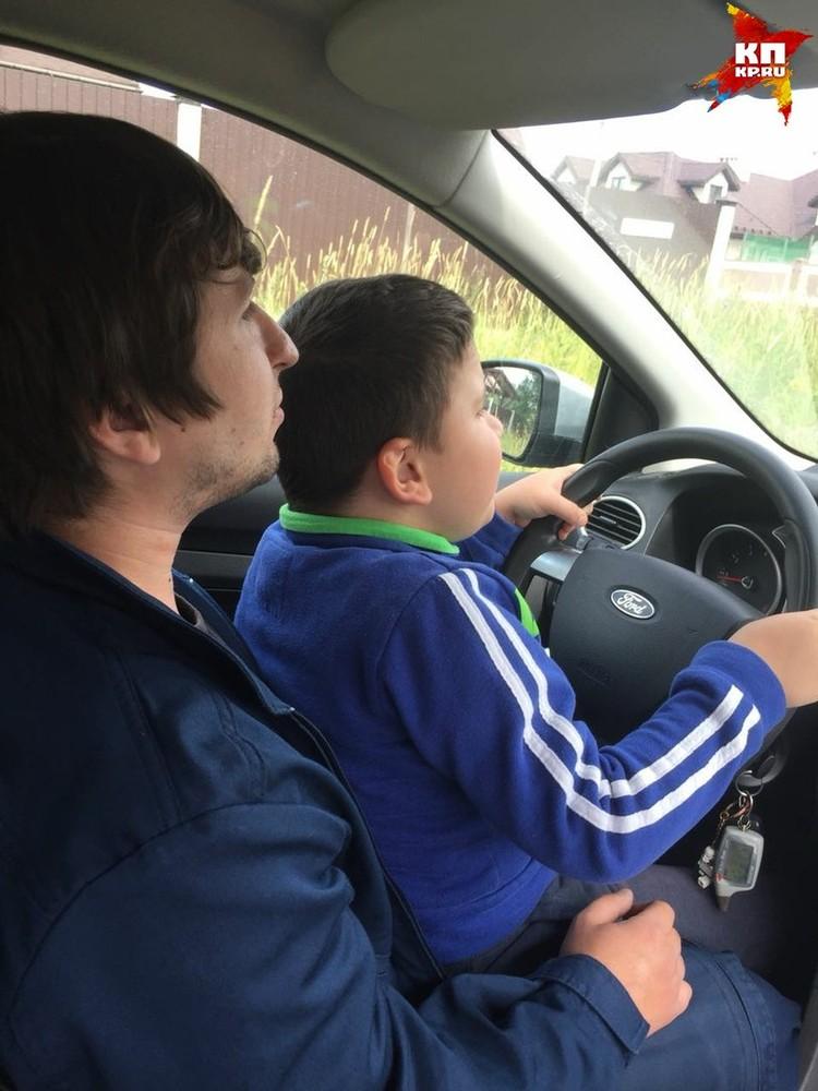 Рамиль даже учит ребенка водить. Пока, конечно, в теории. Фото: архив семьи