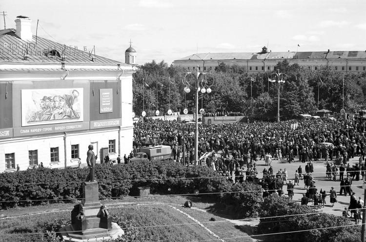Первомайская трибуна на месте будущего монумента
