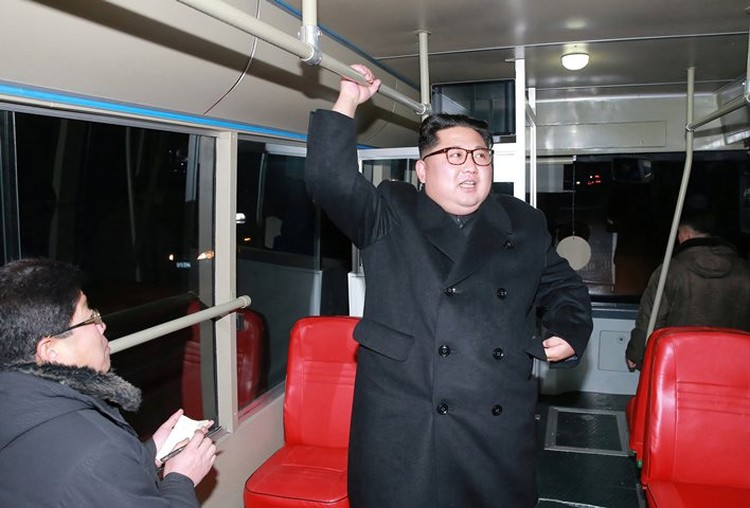 Ким Чен Ын проверил, удобно ли ездить в троллейбусе стоя