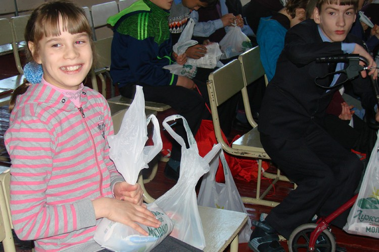 Дети радовались празднику и подаркам