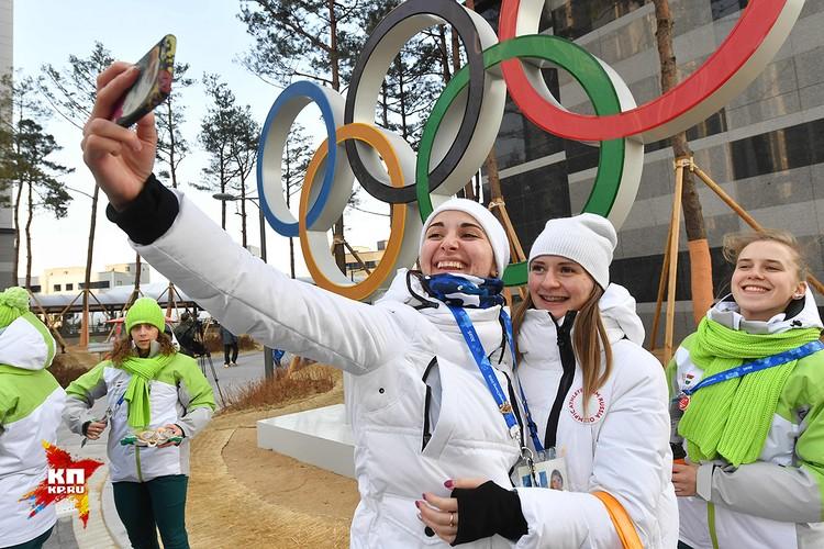 Конькобежки Наталия Воронина и Ангелина Голикова.