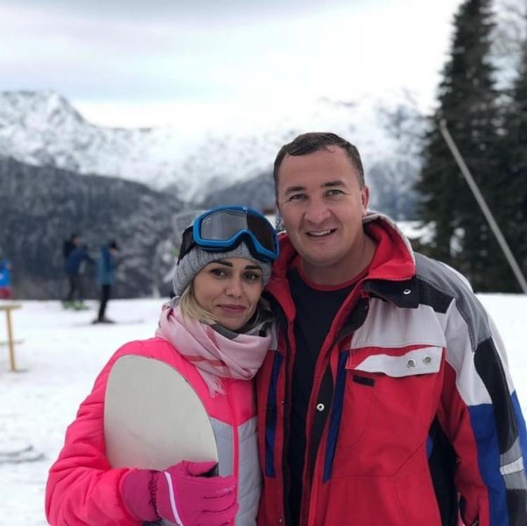 А вот другому имениннику сегодняшнего дня Максиму Коломейцеву с любимой девушкой сегодня крупно повезло.