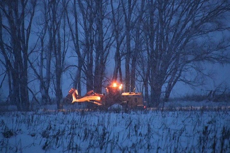 Поиски останков жертв авиакатастрофы в Раменском районе Московской области.