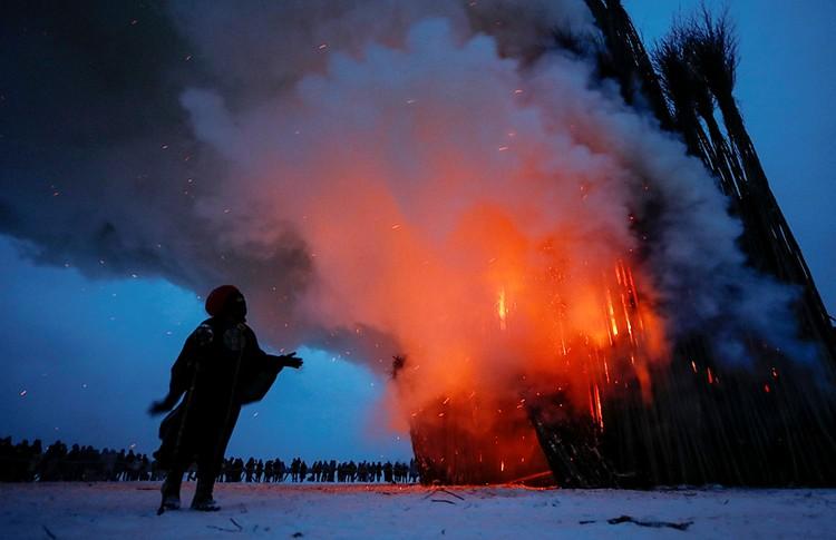 В Калужской области сожгли сделанный из веток 30-метровый готический собор