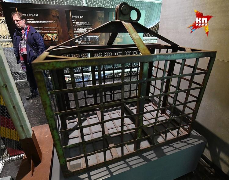 А вот невысокая железная клетка, где держали пленных. Человек пять туда утрамбовать можно...