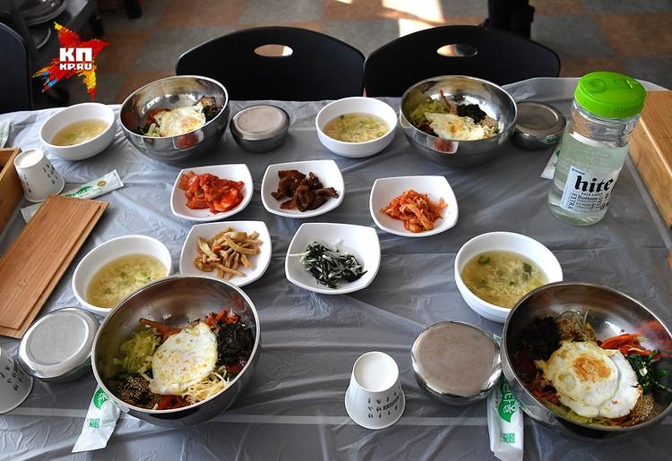 Я сбежал от рыбы к другому столу, который оказался вегетарианским. Тут тоже оказалось не сладко. И пришлось ощутить все прелести национальной кухни.