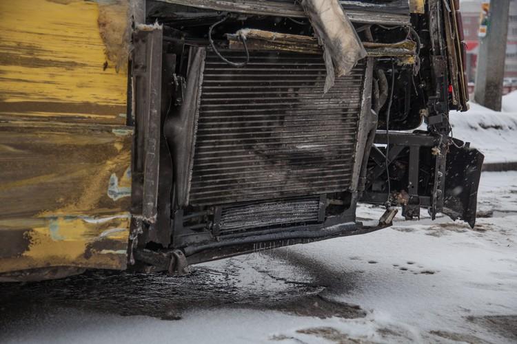 От удара из мотора стало струиться топливо, но, к частью, оно не загорелось.