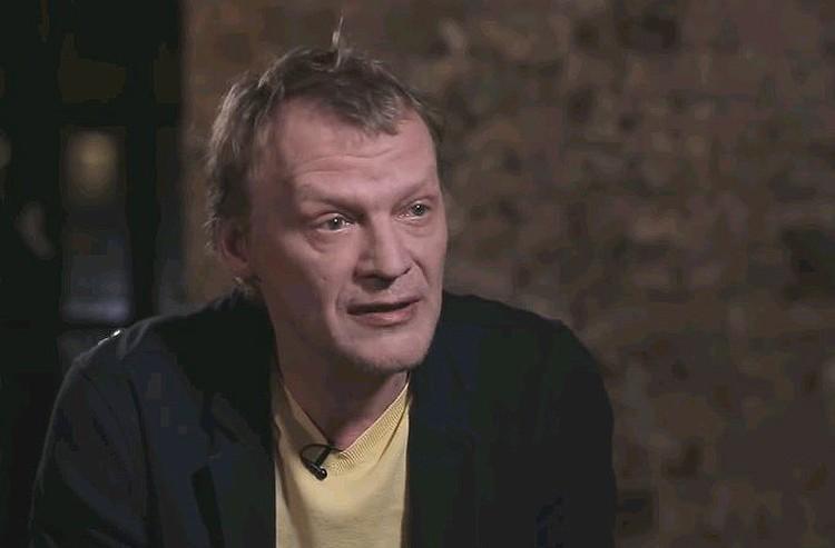 Актер Алексей Серебряков во время беседы с Юрием Дудем.
