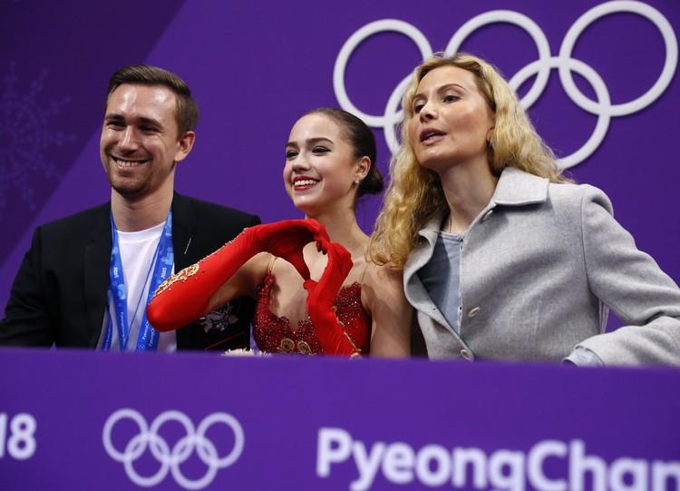 Алина Загитова после своего выступления на Олимпиаде в Пхенчхане вместе с тренерами ожидает оценок за выступление.