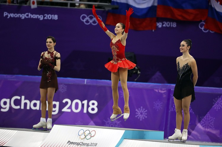 Пьедестал почета - Евгения Медведева (серебро), Алина Загитова (золото), Кейтлин Осмонд (бронза).