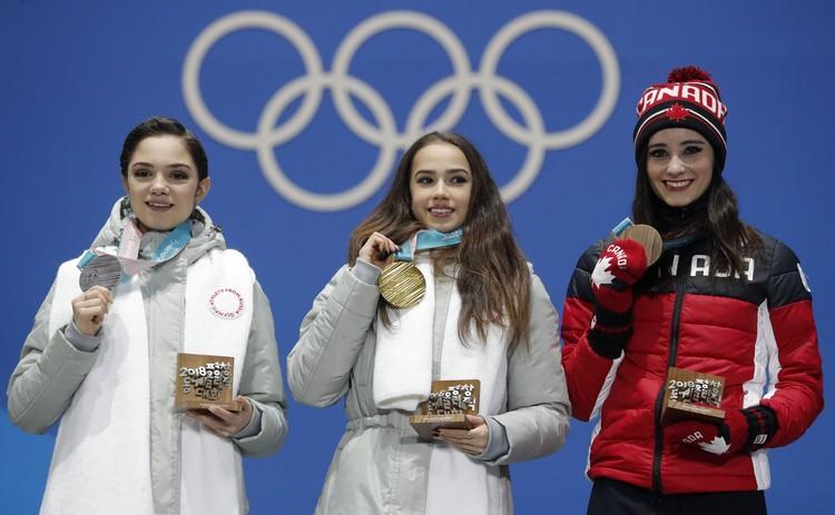 Российские фигуристки и канадка Кейтлин Осмонд на церемонии награждения.