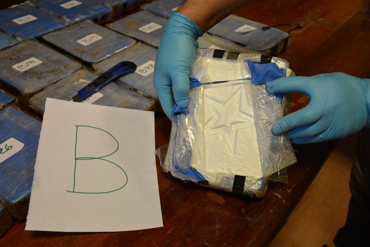 Один из главных участников операции по поимке поставщиков наркотиков - посол России в Аргентине Виктор Коронелли - сам рассказал СМИ подробности дела.