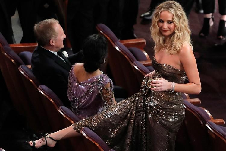 Дженнифер Лоуренс уже дважды падала на вручении «Оскара». В этом году она могла повторить свой «полёт»
