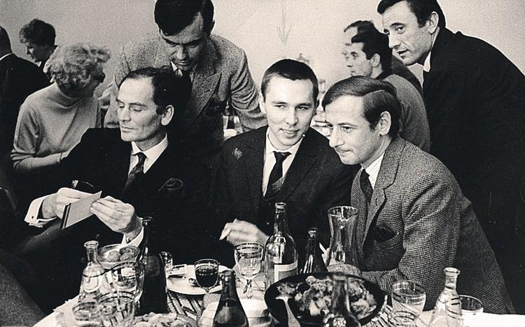 Слева направо: Пьер Карден, Вячеслав Зайцев и креативный директор Dior Марк Боан на тайной встрече в гостинице «Киевская» в 1965 году. После нее о советском модельере узнал весь мир. Фото: Личный архив Вячеслава Зайцева
