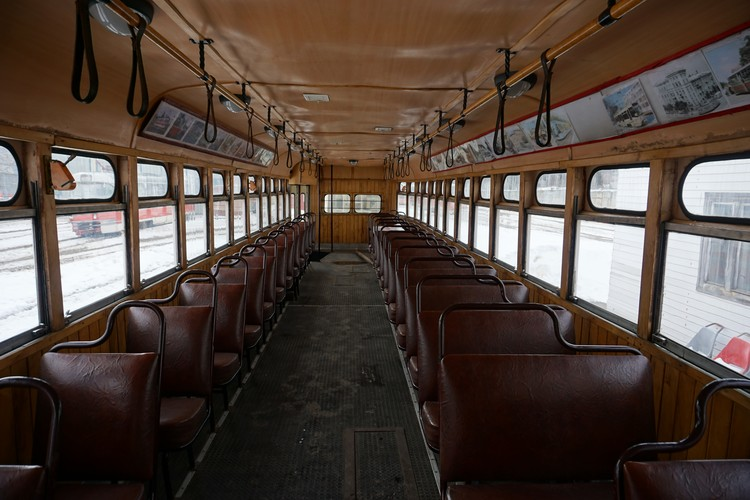 Этот трамвай 1955 года выпуска, его изготовили на Рижском вагоностроительном заводе.