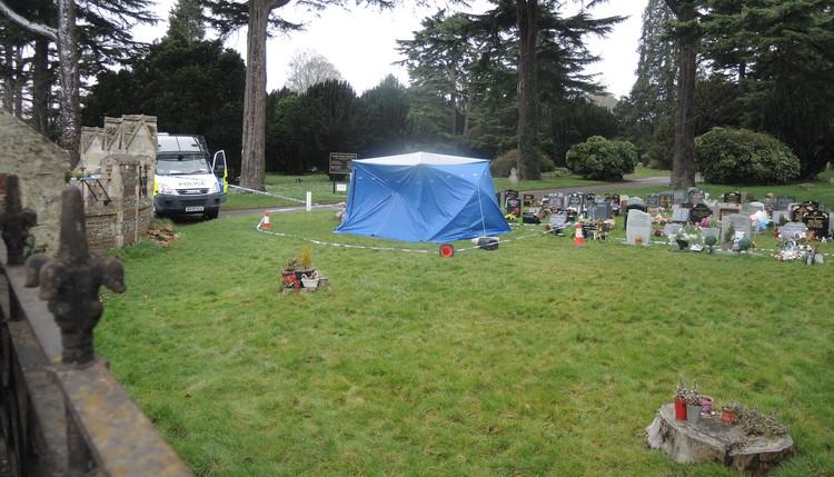 Кладбище в Солсбери, оцепленное полицией, и вскрытые могилы жены и сына Скрипаля. Полиция хочет перепроверить, естественными ли были причины их смерти.