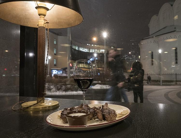 На этом снимке можно разглядеть не только отличную баранью корейку, но и крайне удобное расположение ресторана — метро «Белоруская» в двух шагах.