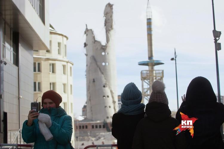 Уральцы делают селфи с укороченной версией достопримечательности