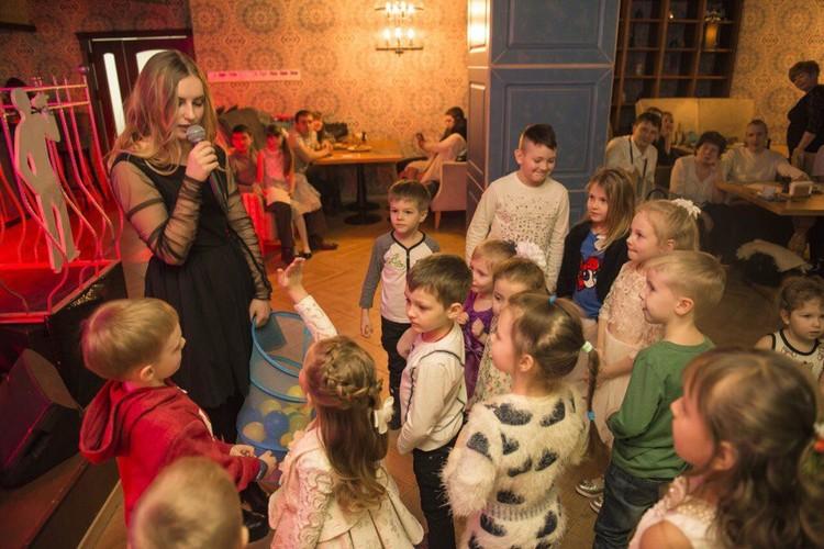 Рита Осягина устраивает праздники детям.
