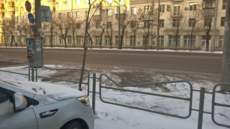 Этот забор по улице Свободы помялся, вероятно, не от наезда лихача на большой скорости, а кто-то габаритный просто смял его, давая задний ход. Зачем такие ограждения?