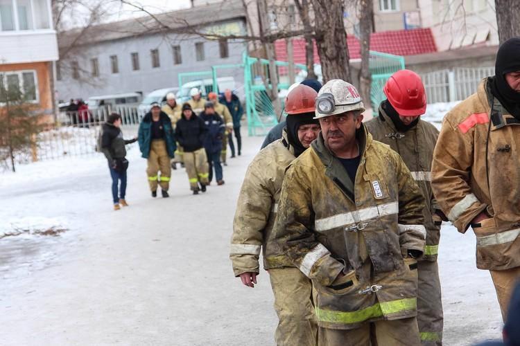 Сигнал о пожаре поступил на пульт в МЧС в 16.04, через четыре минуты первая пожарная машина подъехала к торговому центру