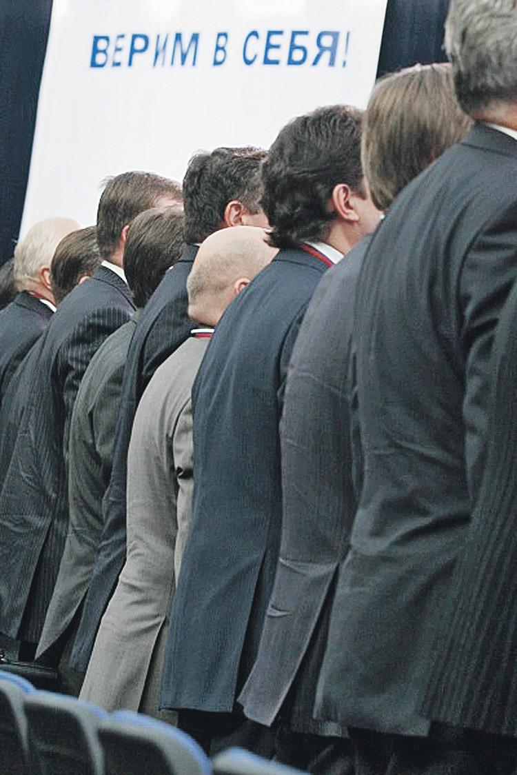 Чиновники верят в то, что их стройные тылы даже в случае отставки государство прикроет льготами и бонусами... Фото: Виктор ХАБАРОВ