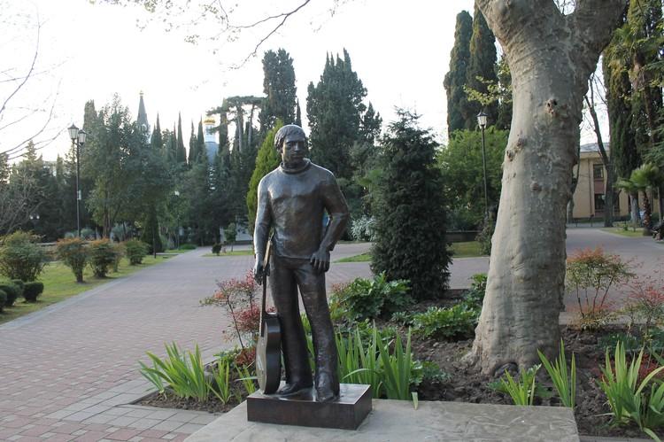 В Сочи часто бывал Владимир Высоцкий, в городе есть памятник знаменитому барду