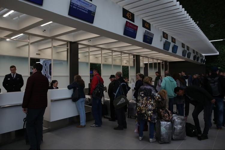 Эти люди пару дней назад даже не знали, что вылетать им придется уже из нового терминала.