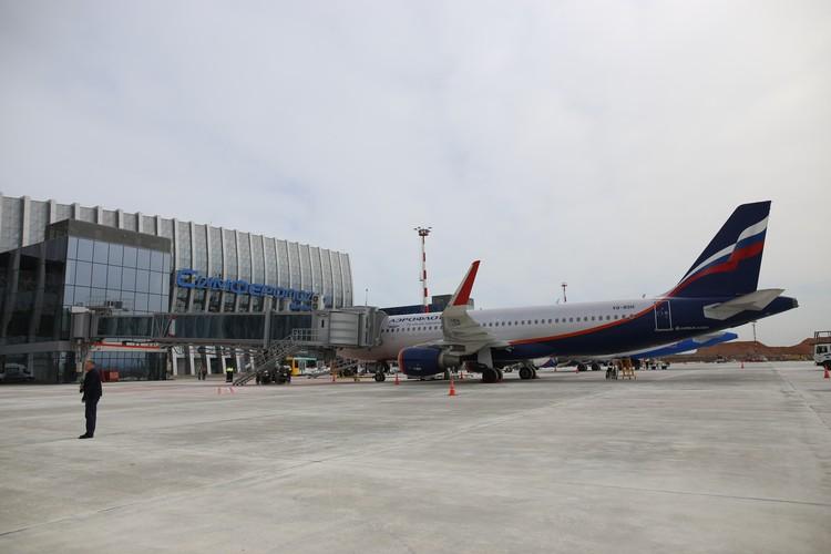 К терминалу подошли первые самолеты.