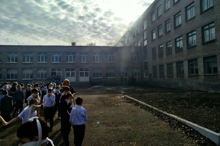 Детей эвакуировали из школы, как только прозвучала пожарная сигнализация. Фото: соцсети