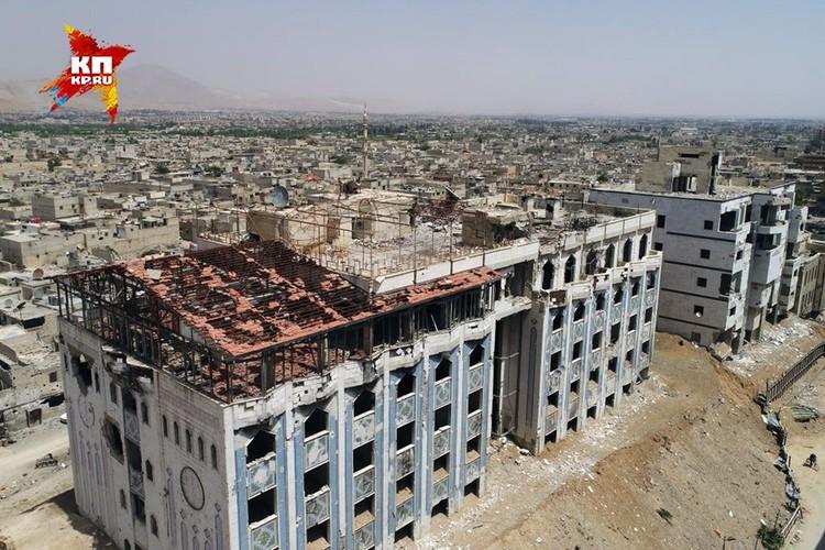 """Вид сверху на здание бывшего Министерства сельского хозяйства, в подвалах которого оказывали помощь так называемым """"жертвам химической атаки Асада""""."""