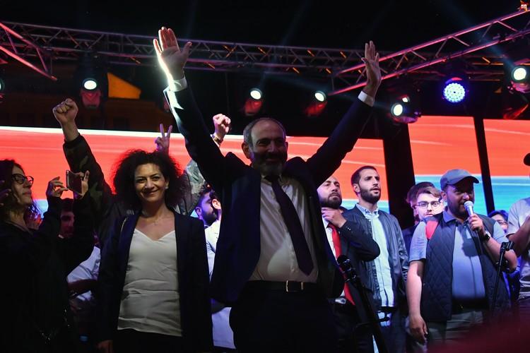 Сразу же после провального голосования, Никол Пашинян пошел на площадь Республики