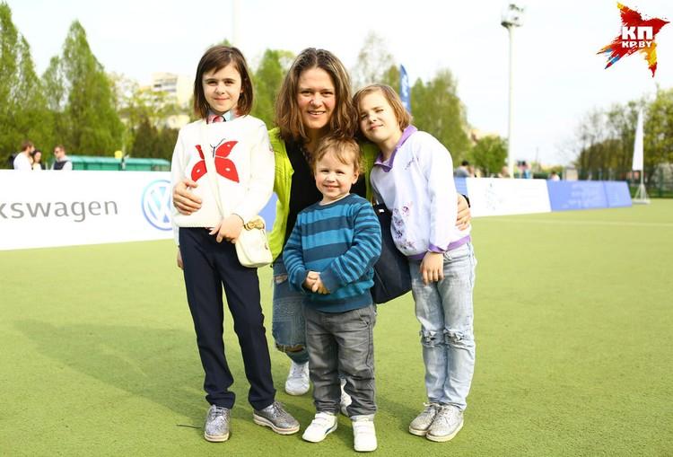 Матч посетила Наталья Цилинская с детьми.