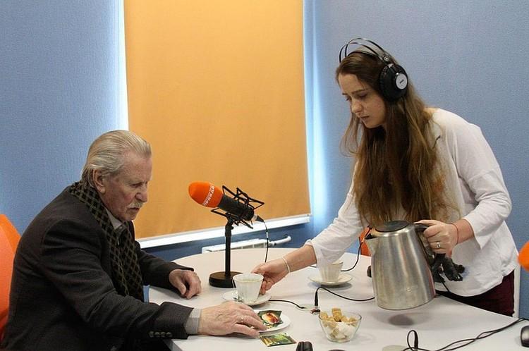 """В эфире радио """"Комсомольская правда - Санкт-Петербург"""" Наташа-младшая трогательно ухаживала за мужем."""